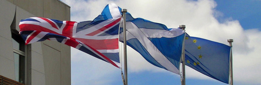 Banner vor dem schottischen Parlament (LDamskis)